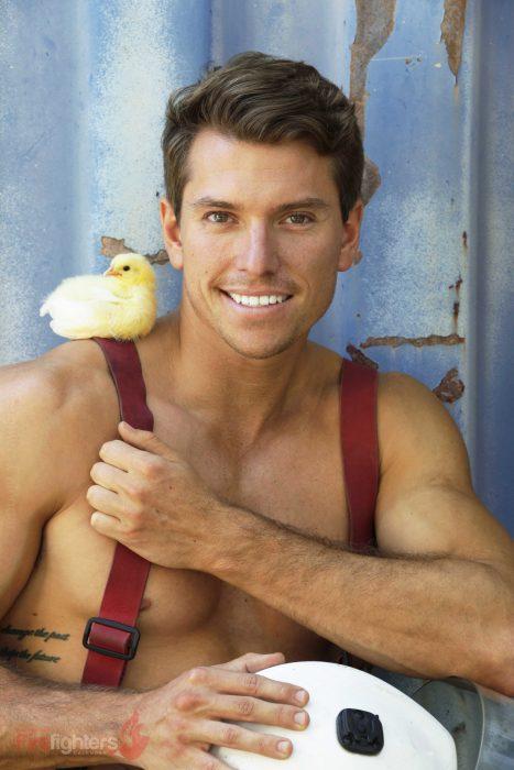 Bombero australiano posa para calendario en beneficencia de animales con pollo