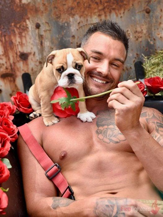 Bombero australiano posa para calendario en beneficencia de animales con perro bulldog