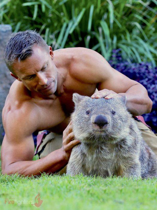 Bombero australiano posa para calendario en beneficencia de animales