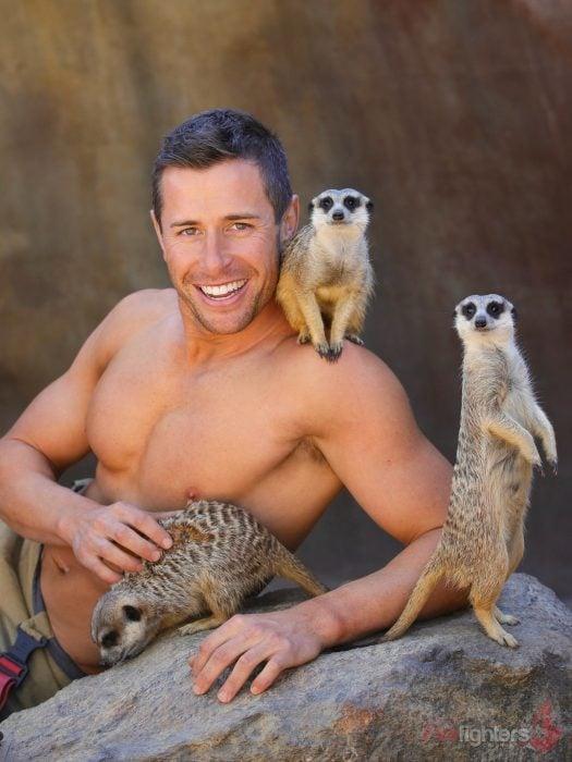 Bombero australiano posa para calendario en beneficencia de animales con suricatas
