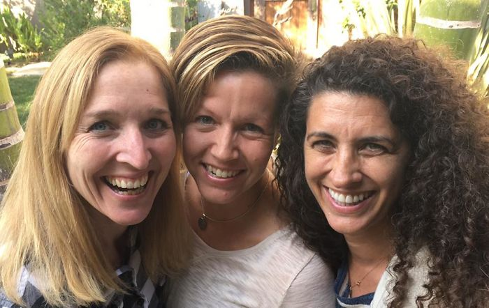 grupo de chicas sonriendo felizmente