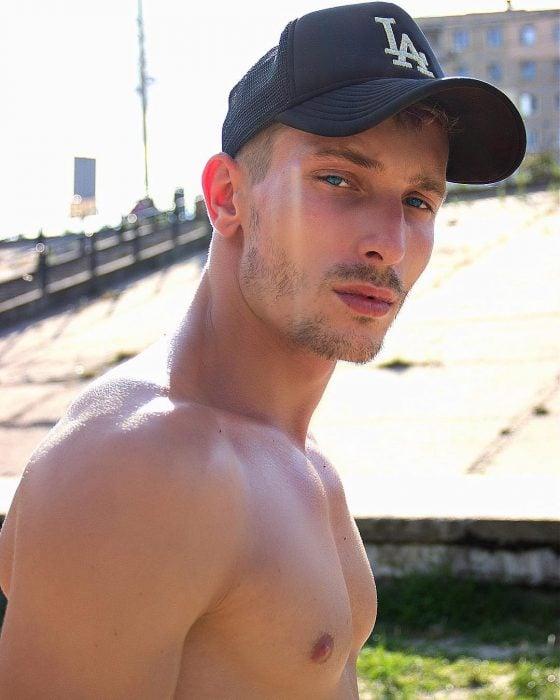 Chico ucraniano con una gorra de LA con ojos azules y rostro serio