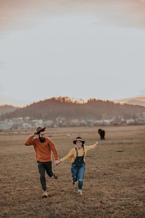 pareja d enovios corriendo tomados de la mano