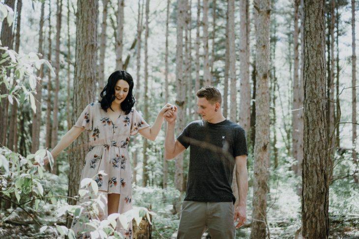 pareja d enovios paseando por el bosque tomados de la mano