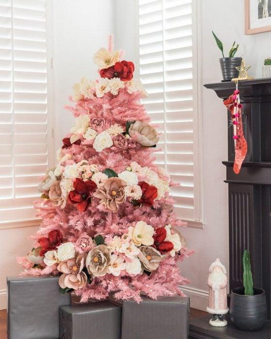 Arbol navideño con decoración rosa