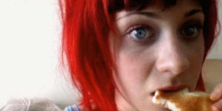 mujer con ojos azules y cabello rojo