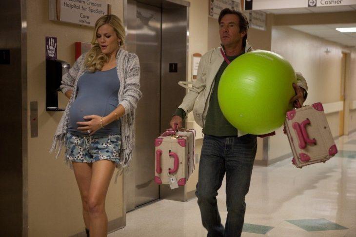 Escena de la serie que esperar cuando estás esperando mujer yendo al hospital