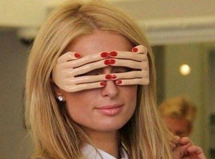 mujer rubia con lentes y manos