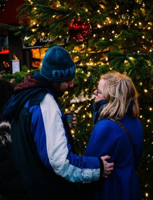 pareja de novios viendo el árbol de Navidad