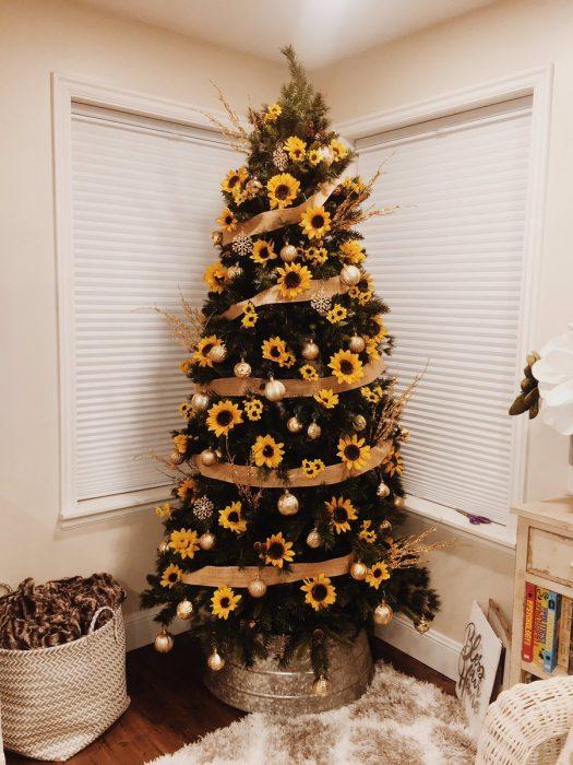 Arbol navideño con decoración amarilla de girasoles