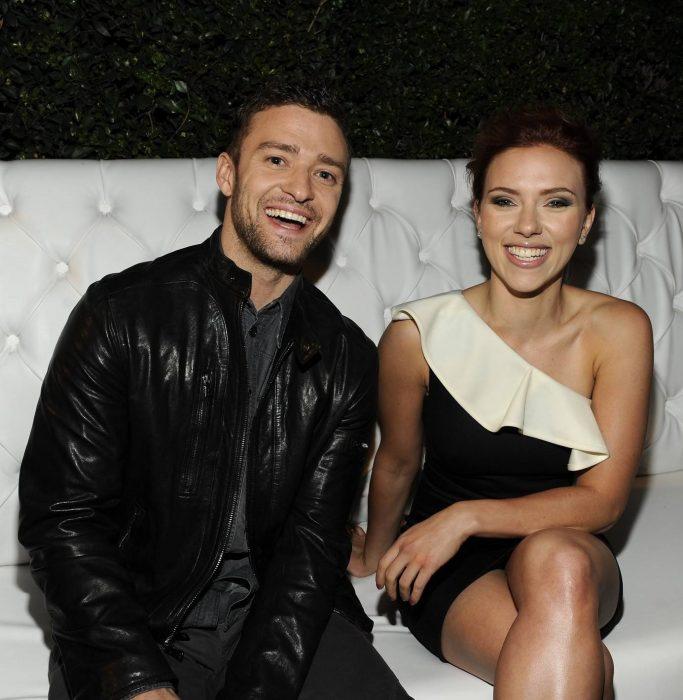 hombre sonriendo y mujer sonriendo sentados