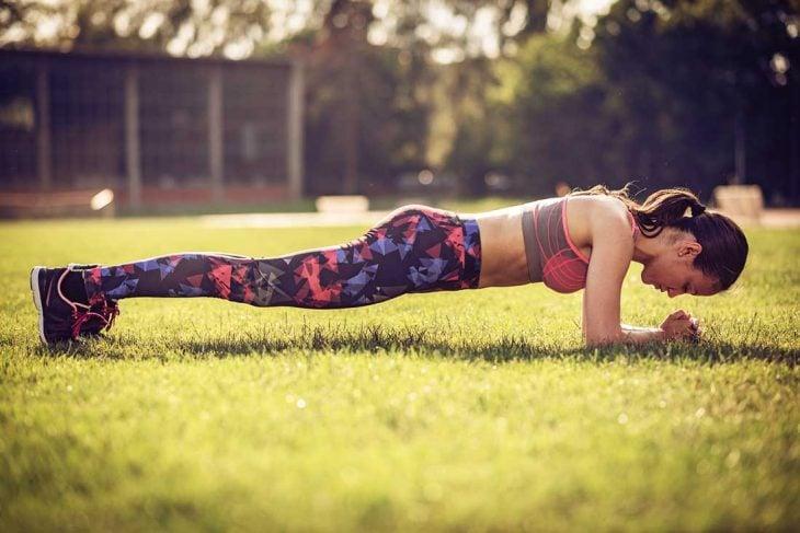Mujer haciendo ejercicio para evitar la flacidez
