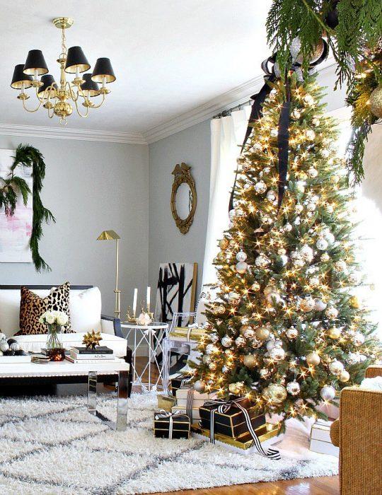 Arbol navideño con decoración dorada y negro
