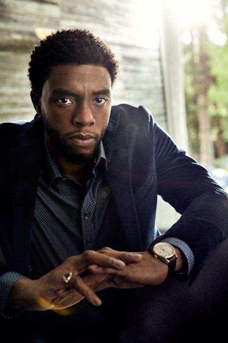Chadwick Boseman, hombre moreno con traje azul