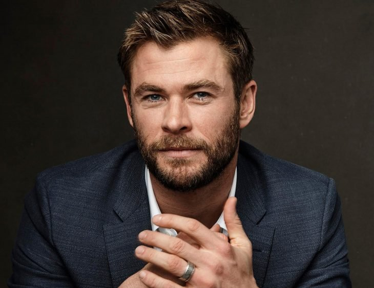 Chris Hemsworth, hombre rubio de ojos azules con traje azul