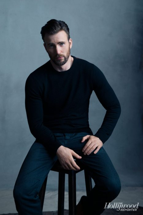 Chris Evans, hombre rubio de ojos azules con camisa negra y pantalón azul