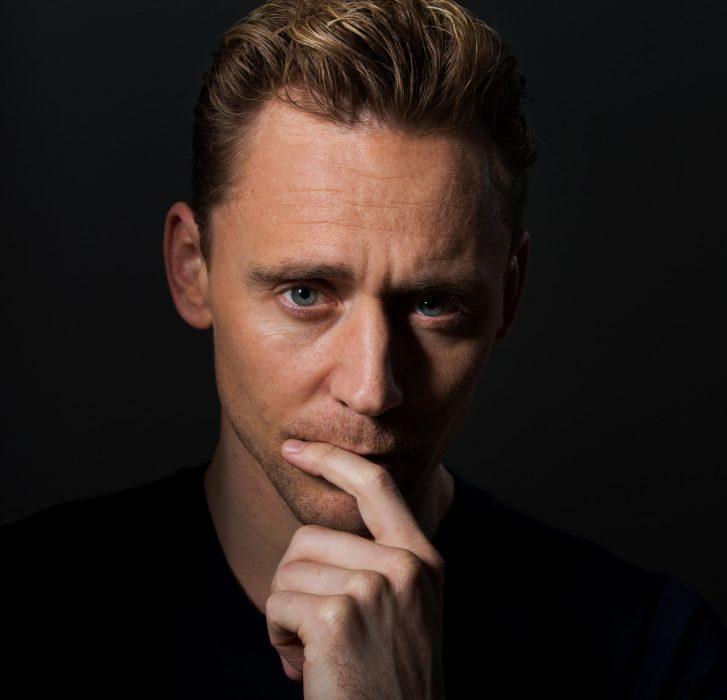Tom Hiddleston, hombre de cabello corto con una mano en la boca