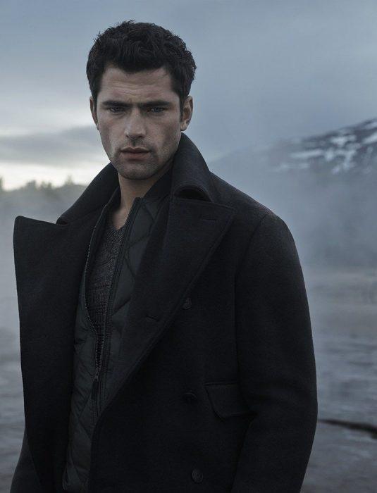 Sean O'Pry, hombre de cabello corto con abrigo negro