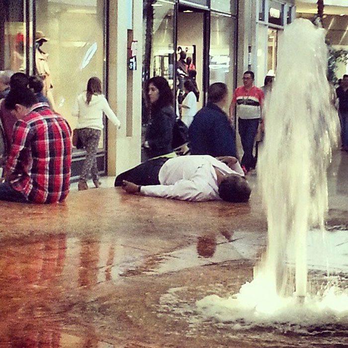 Hombres esperando que su mujer salda de las tiendas en el centro comercial