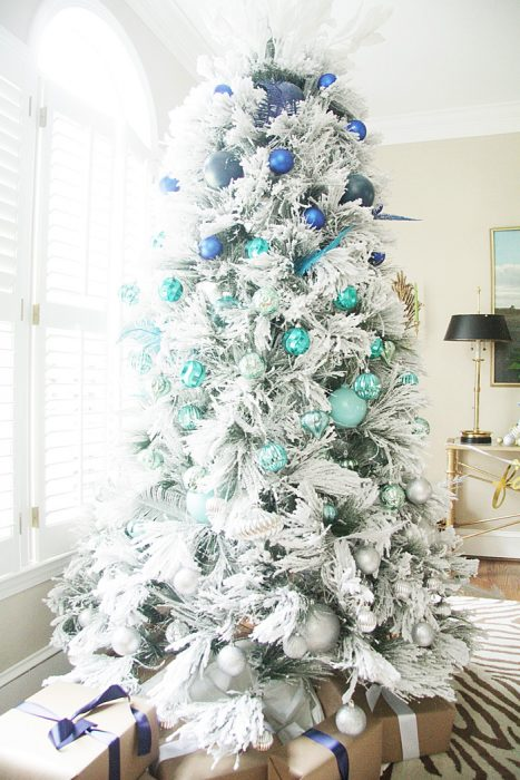 Arbol navideño con decoración blanca azul