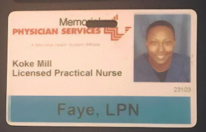Madre soltera comparte identificaciones de sus trabajos anteriores para motivarse en su carrera de enfermería