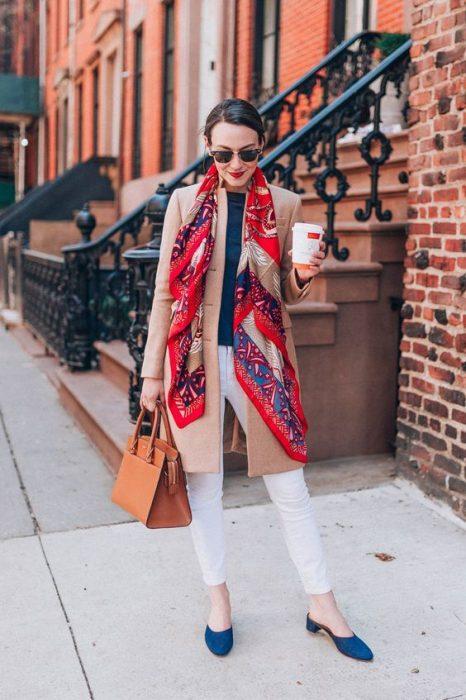Chica usando una bufanda de color roja