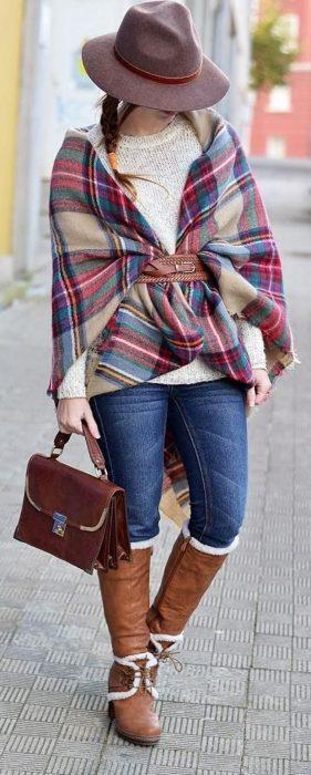 Chica usando una bufanda de color de colo rojo con café y blanco