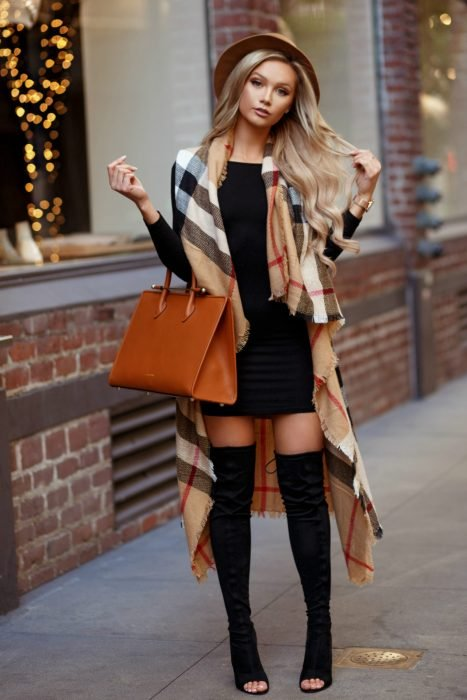 Chica usando una bufanda de color café con amarillo