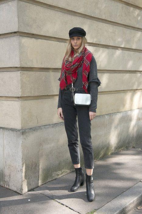 Chica usando una bufanda de color rojo con gris