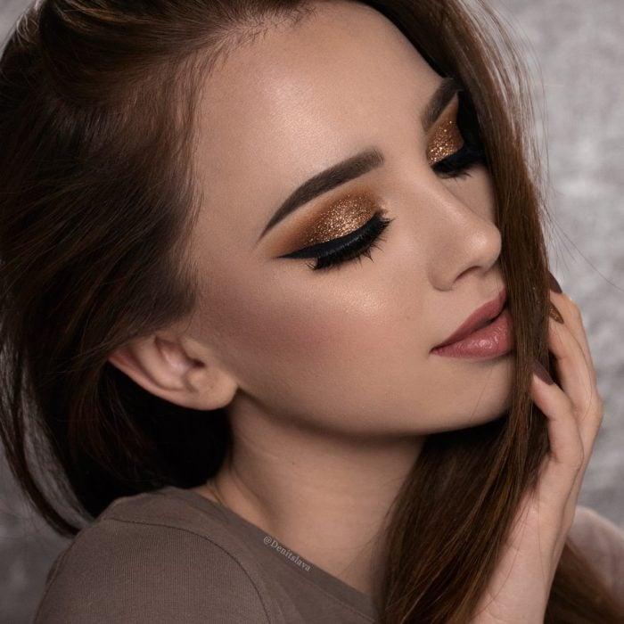 Chica con maquillaje de glitter en los párpados
