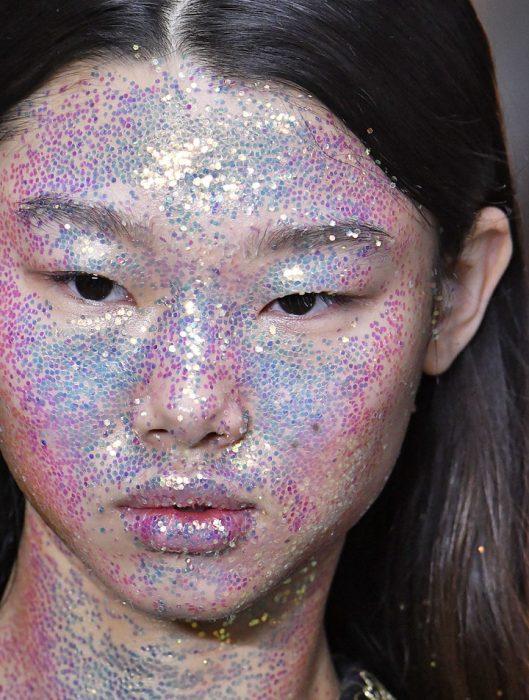 Chica asiática con glitter en toda la cara