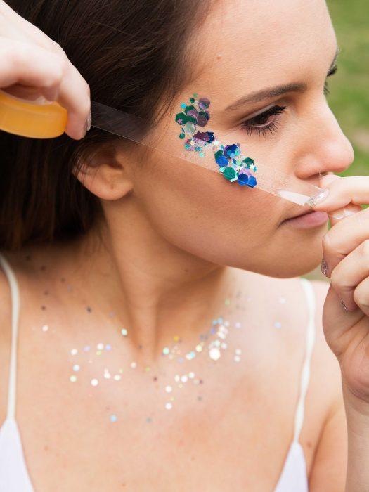 Mujer retirando el exceso de glitter con cinta adhesiva