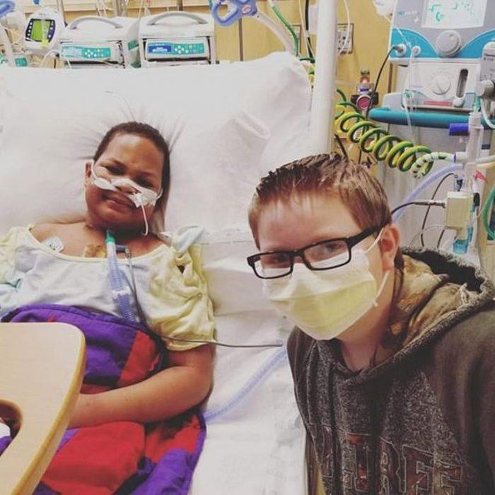 Dos chicos que son mejores amigos en el cuarto de un hospital