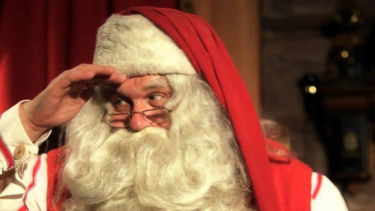 Santa Claus viendo a los niños