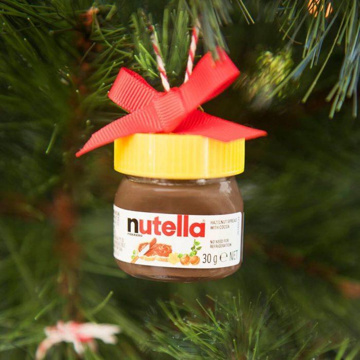 Botella de mini Nutella con moño en un árbol de Navidad