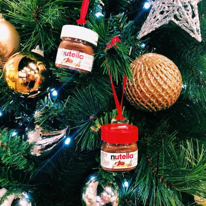 Dos mini frascos de nutella utilizados como adorno para ell árbol de Navidad