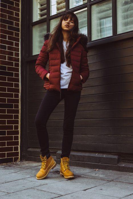chica usando botas color amarillo
