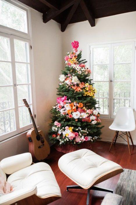 Arbol navideño con decoración flores de colores