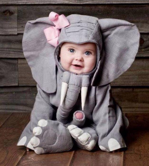 Niña bebé vestida de elefantito con n moño rosa