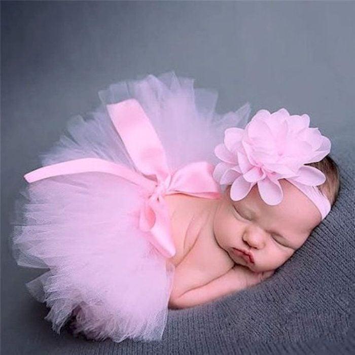 Bebé niña recostada en un puff durante una sesión de fotos