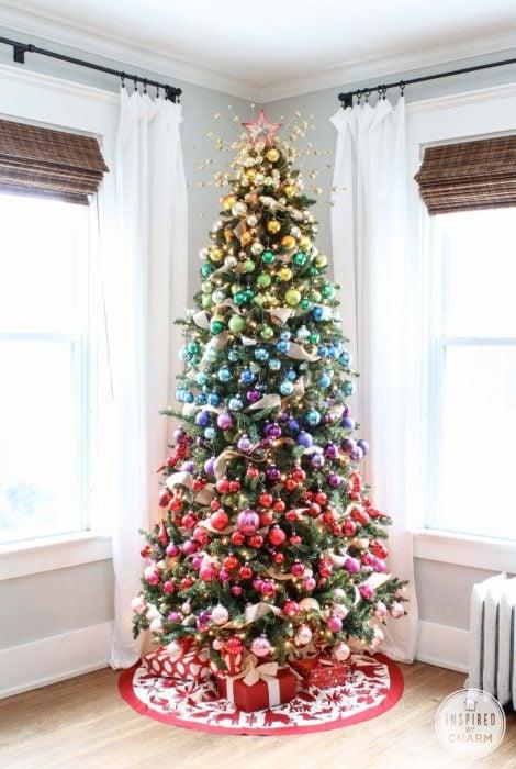 Arbol navideño con decoración colores