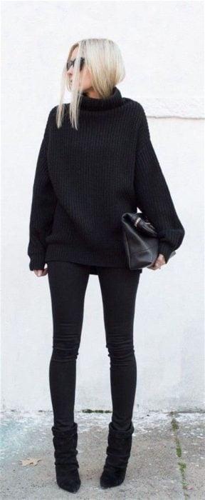 Chica usando un outfit en color negro para el invierno