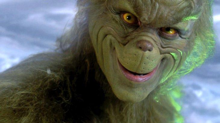 Criatura verde y peluda con expresión malvada