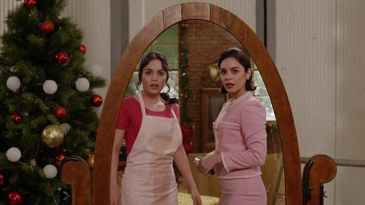 Dos chicas muy parecidas mirándose sorprendidas frente al espejo
