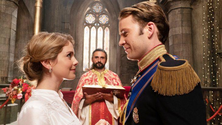 Príncipe con traje elegante mirando a su enamorada con vestido blanco y un sacerdote atrás