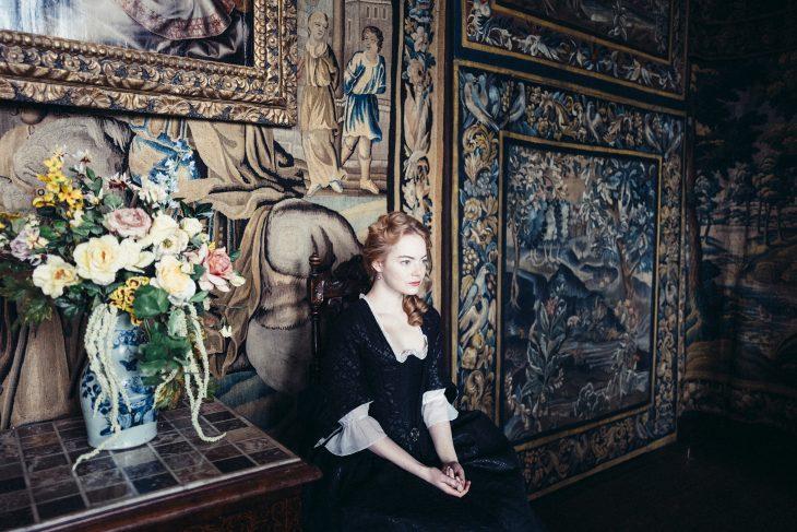 chica usando vestido victoriano