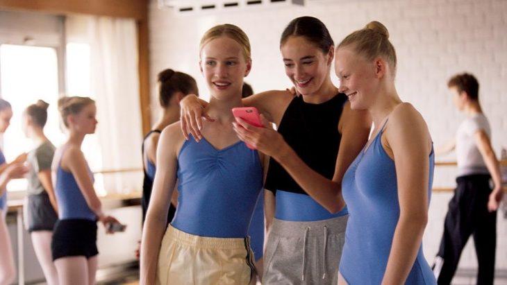 chicas revisando un celular