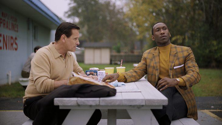 hombres comiendo en un parque