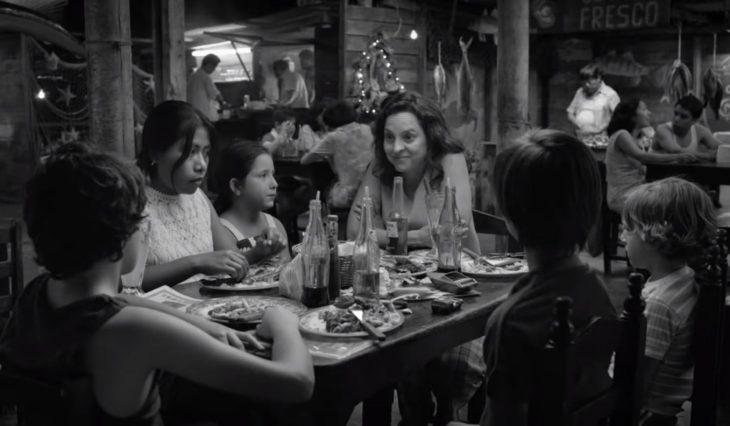 niños comiendo en una mesa