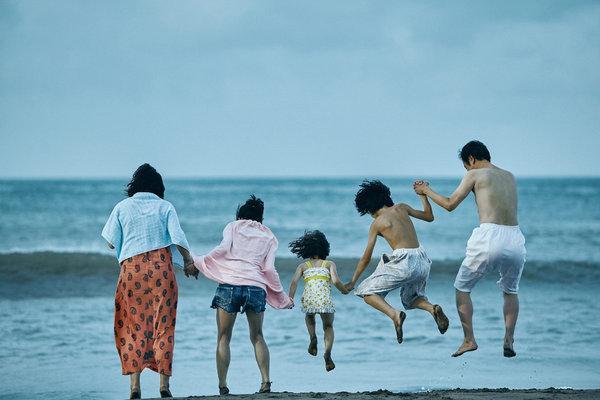 familia de paseo en la playa